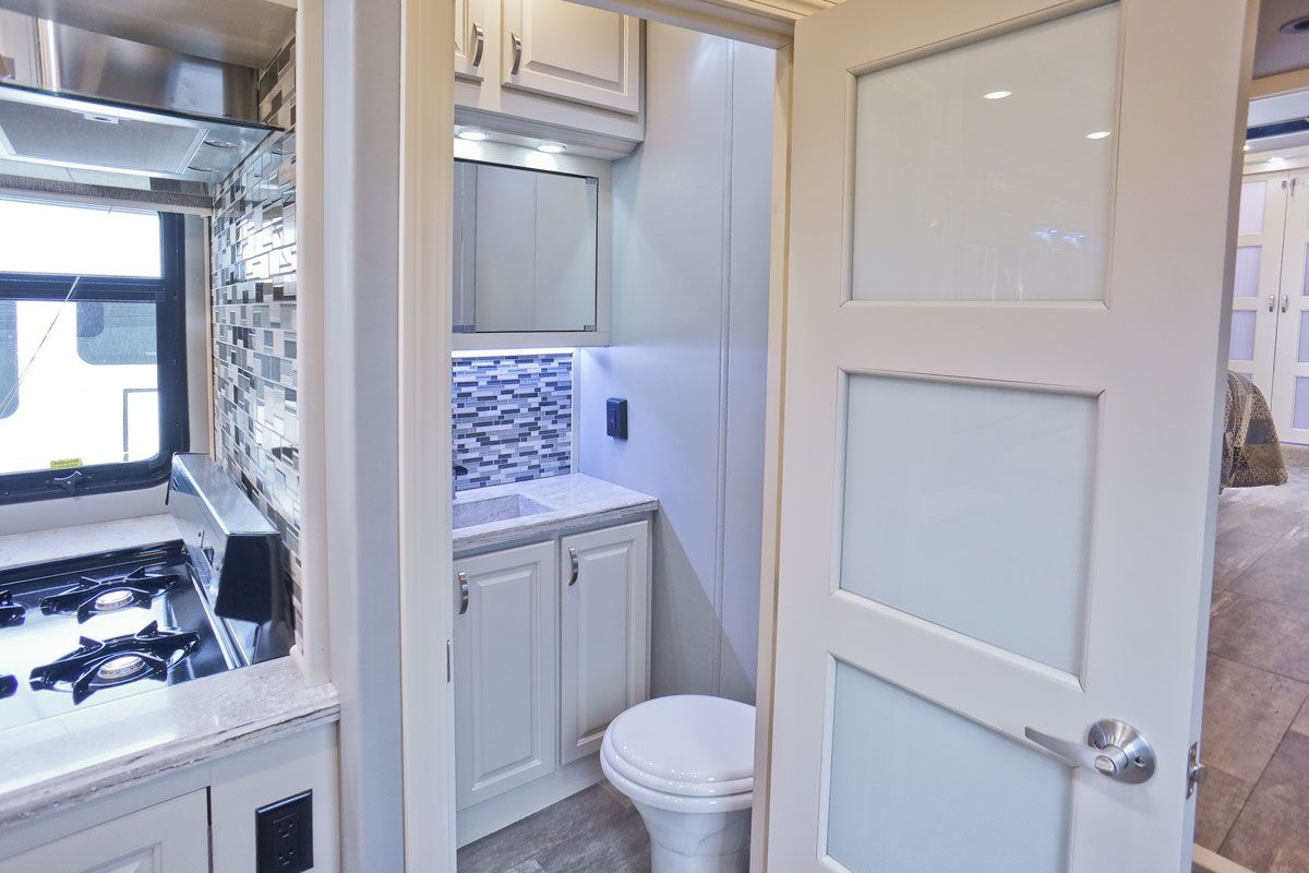 images/Luxe/slides/luxe_elite_luxury_fifth_wheel_half_bath3_39FB.jpg