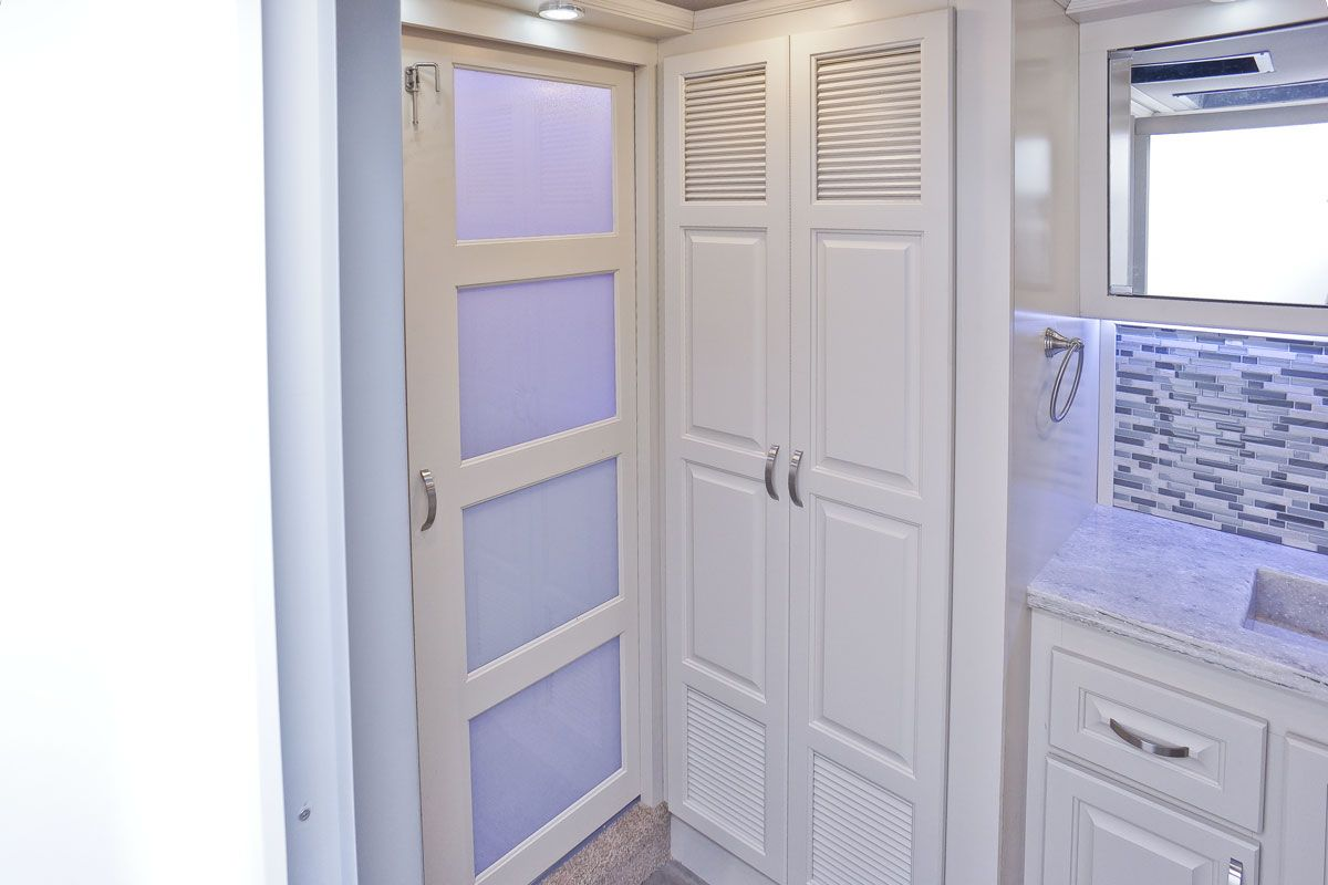 images/Luxe/slides/luxe_elite_luxury_fifth_wheel_master_bath_closet_39FB.jpg
