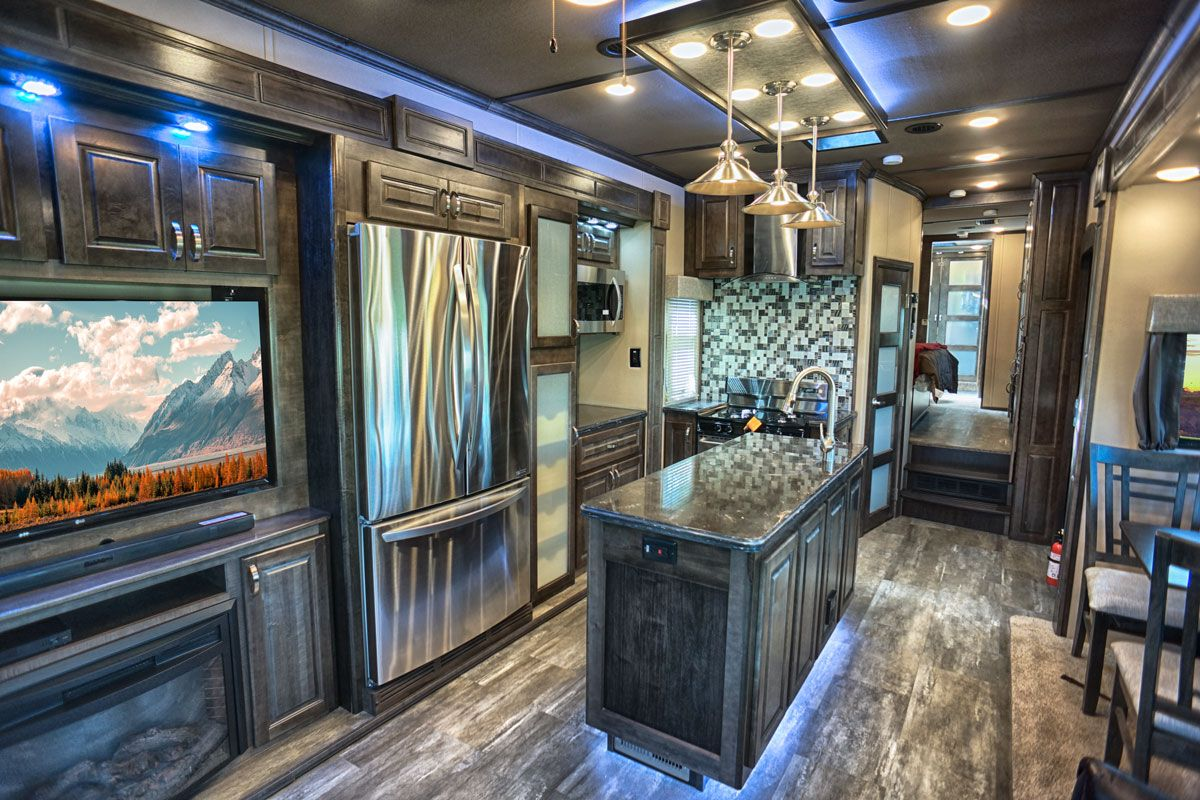 images/Luxe/slides/luxury_fifth_wheel_kitchen_brazillian_full.jpg