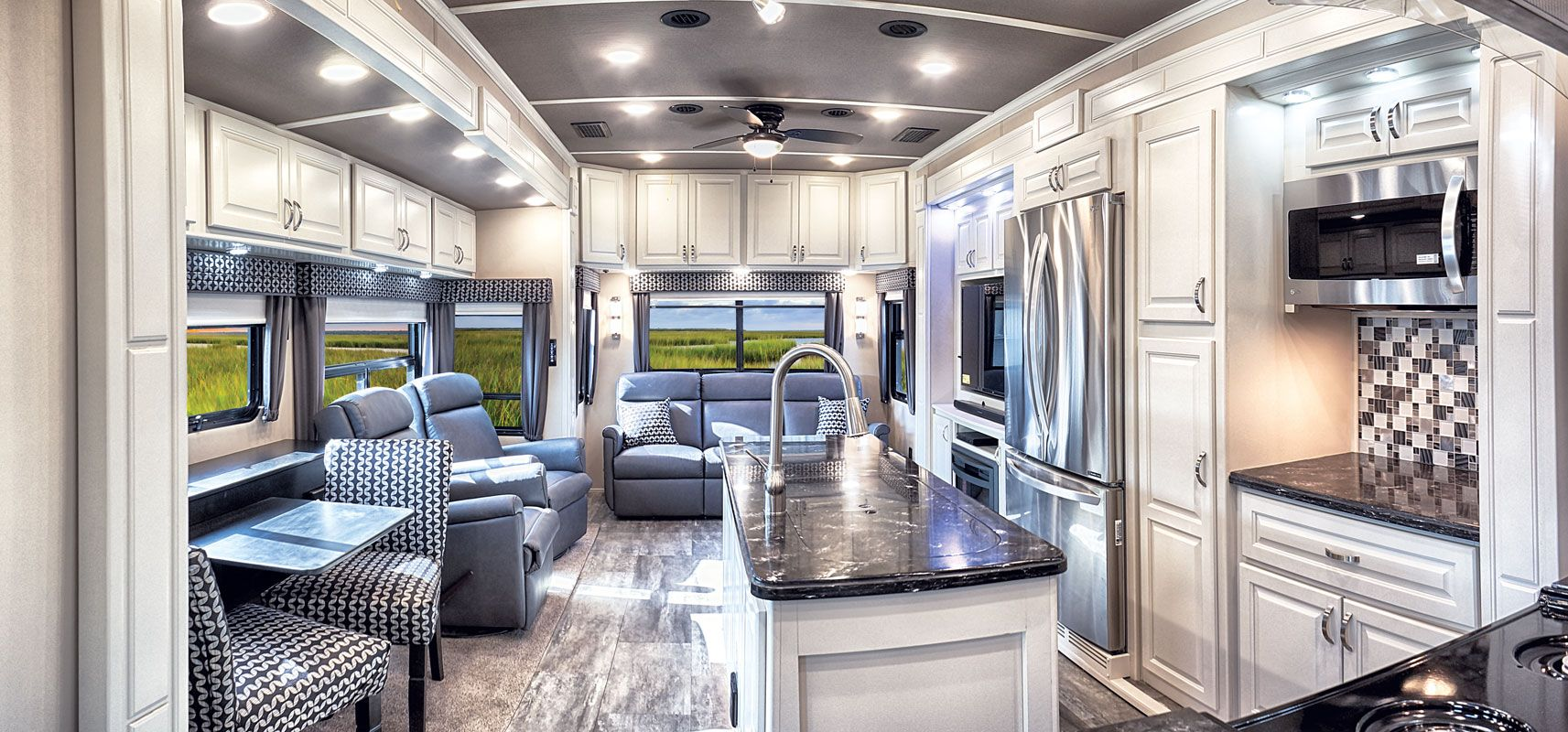 images/Luxe/slides/luxury_fifth_wheel_living_room_pano.jpg