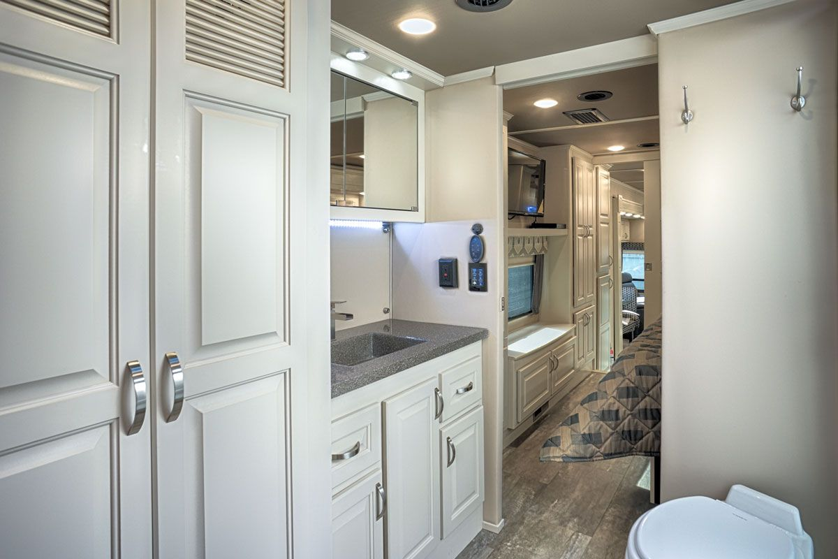 images/Luxe/slides/luxury_fifth_wheel_master_bath.jpg