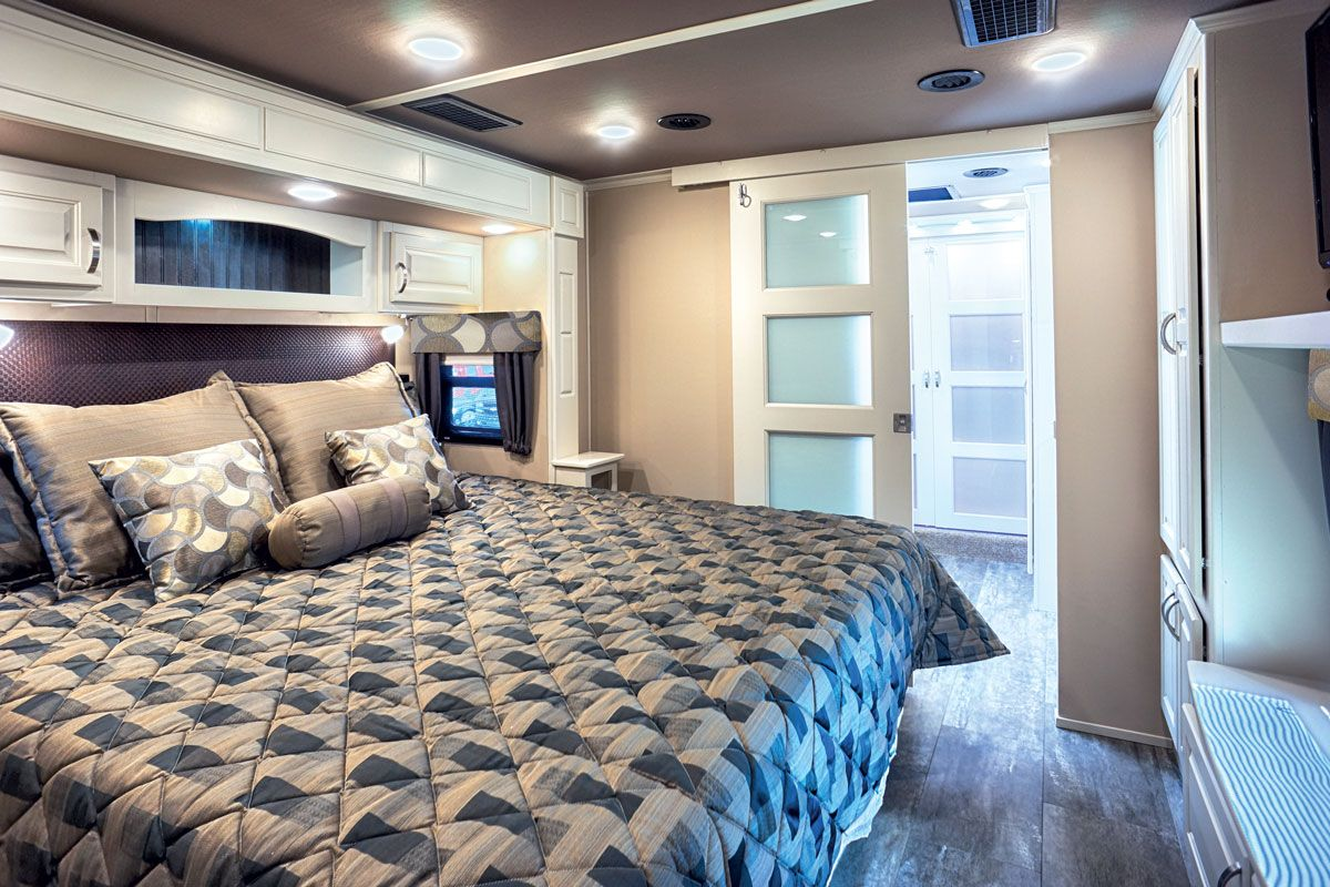 images/Luxe/slides/luxury_fifth_wheel_master_bedroom.jpg