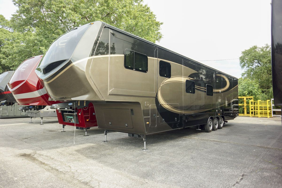 front living luxury fifth wheel exterior
