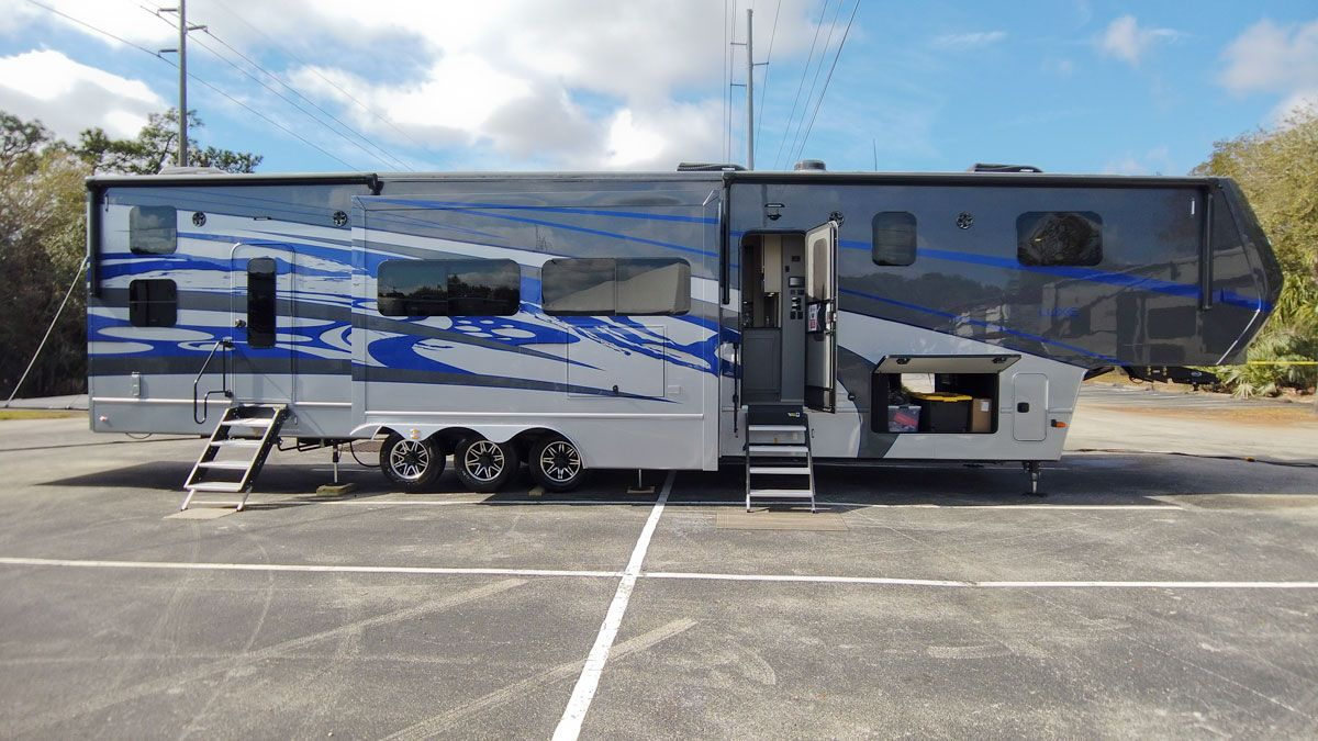luxury toy hauler 5th wheel